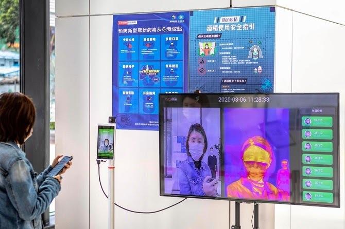 Hệ thống được triển khai tại tòa nhà ở Thâm Quyến kiểm tra thân nhiệt, danh tính và cảnh báo người không đeo khẩu trang. Ảnh: WSJ.