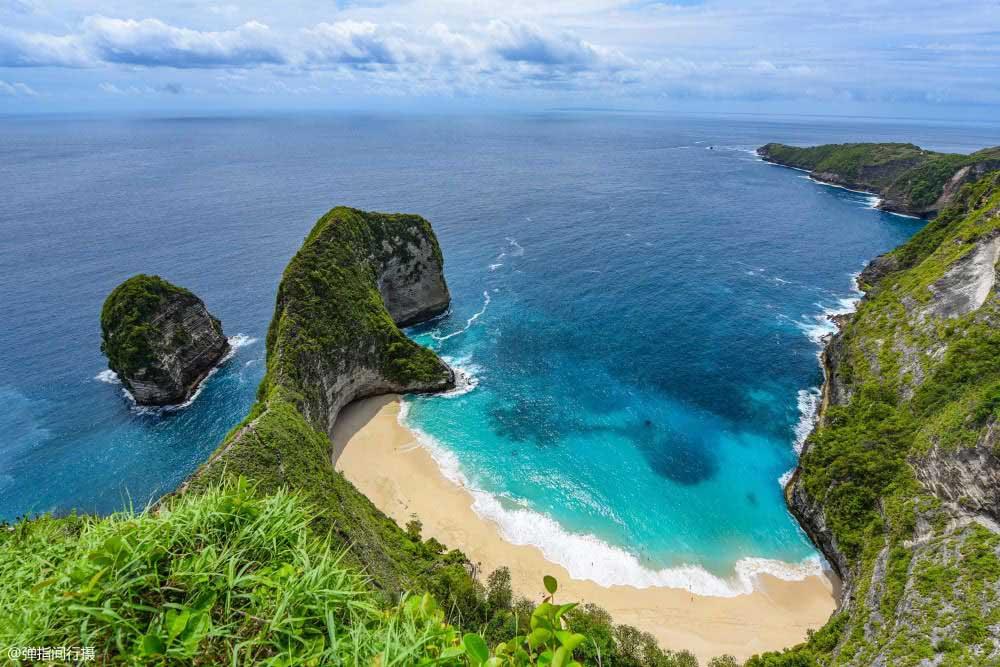 Hòn đảo gần Bali, phong cảnh hoang sơ lại có hình dáng như khủng long - 1