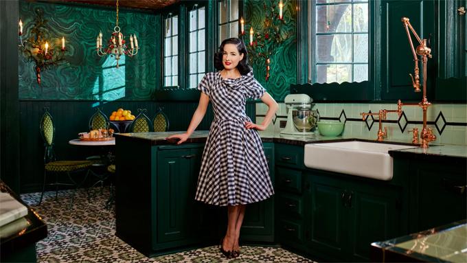 Mỹ nhân Hollywood sơn xanh toàn bộ căn bếp. Cô yêu thích tất cả các tông màu xanh từ ngọc, lam, bạc hà...