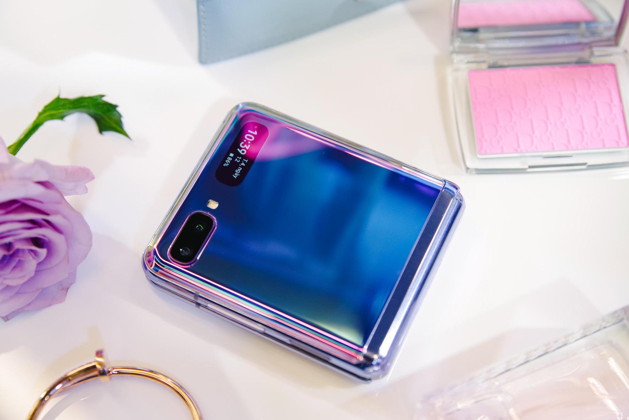 """Chỉ thêm khả năng """"gập"""" nhưng Galaxy Z Flip đã thay đổi hoàn toàn cách chúng ta nhìn nhận về điện thoại như thế nào? - Ảnh 1."""